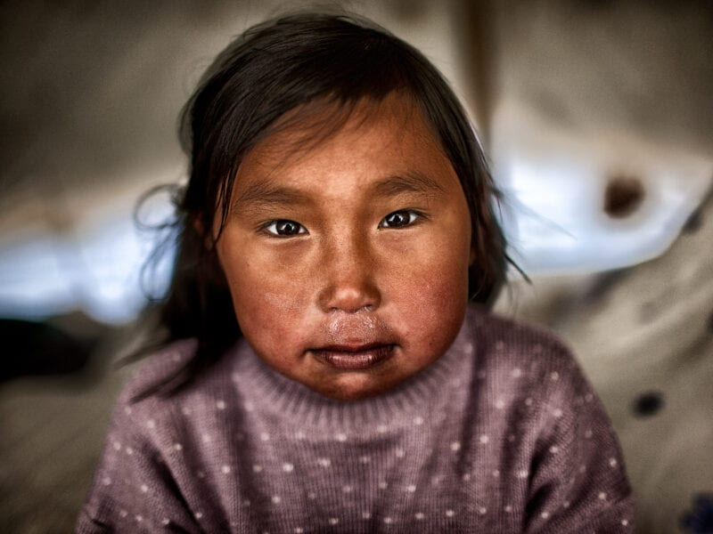 Inuit-Mädchen im Sommerlager: Über Wochen hinweg leben die Jäger mit ihren Familien in Zelten und ziehen durch vollkommen menschenleere Fjorde - Nordgrönland