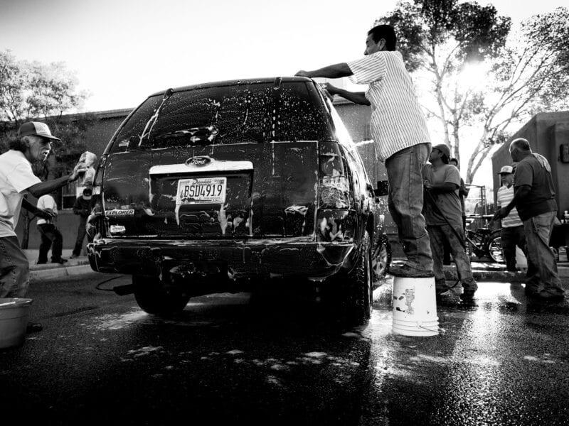 Flucht als Schicksal: Nicht nur Drogenschmuggler riskieren den gefährlichen Weg durch die Bergwüste. Nach der Flucht vor den mörderischen Gangs in ihrer Heimat Honduras flüchten diese Männer, meist Väter, die ihre Familien manchmal für Jahre nicht mehr wiedersehen, jetzt vor der US-Einwanderungsbehörde und waschen für ein paar Dollar die Autos von Amerikanern. Die Strapazen der Flucht...