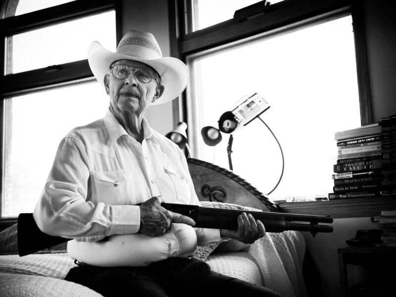 Das Land gehört John, der riesige Ländereien besitzt, auf denen er fast zehntausend Rinder hält. Immer wieder kommt es zu gefährlichen Begegnungen mit schwer bewaffneten Drogenschmugglern des Sinaloa-Kartells. Seine eigene Waffe hat John deshalb immer geladen neben dem Bett liegen, Arizona 2017
