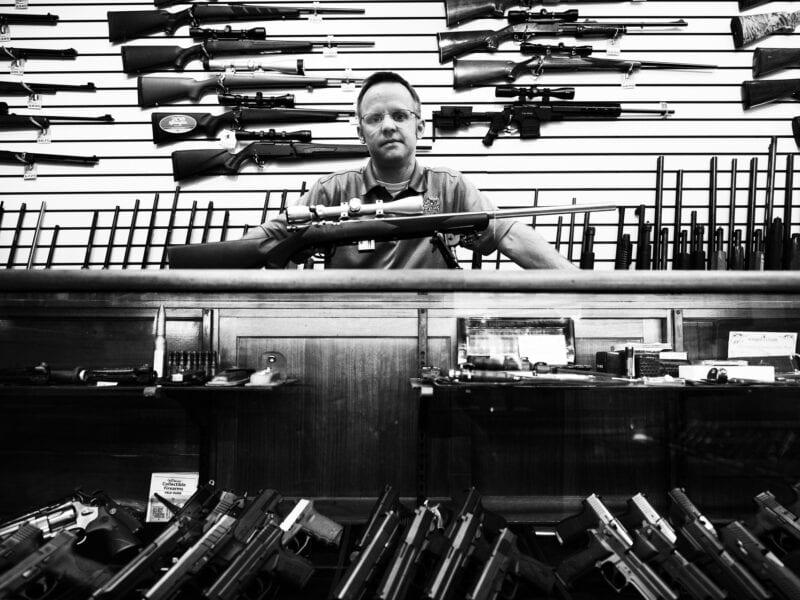 """Waffenhändler in Charlottesville: Er war IT-Spezialist, bevor er anfing, Waffen zu verkaufen. Das günstigste Schnellfeuergewehr kostet keine 200 Dollar, jeder kann es kaufen. """"Unter Obama kauften die Leute mehr Waffen"""", sagt er, """"seit Trump wird es wieder weniger."""" Das tiefe Misstrauen der Landbevölkerung gegenüber der Washingtoner Politik begann schon lange vor Trump, Virginia 2017"""