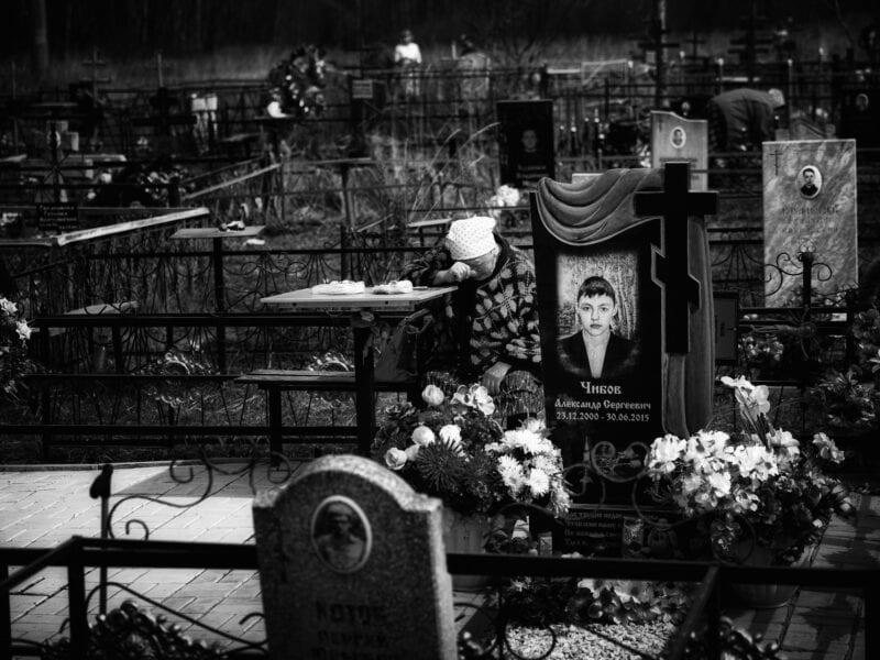 Auf einem Friedhof trauert eine Großmutter um ihren Enkel, der mit 14 Jahren von einem betrunkenen Autofahrer tödlich verletzt worden ist, Kaluga 2018