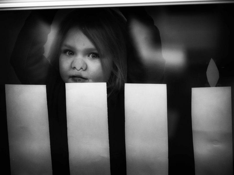 Neugierig drückt ein kleines Mädchen seine Nase an die Fensterscheibe eines Hauses in der Nähe von Stockholm. Seine Eltern, Sofie und Peter, beide in ihren Dreißigern, erkrankten schwer an COVID-19 und verloren dabei nicht nur ihren Geruchsinn, sondern auch das Vertrauen in ihre Regierung. Vor allem der Vater leidet bis heute unter den Spätfolgen.