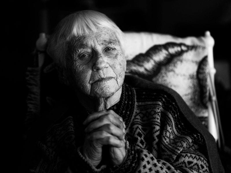 """Julia, 92 Jahre alt, die früher als Hebamme und Krankenschwester arbeitete, lebt in einem Altenheim in Pajala, Nordschweden. Monatelang wurde sie aus Angst vor Corona isoliert, bis sie sich schließlich wehrte: """"Man muss doch unter Menschen sein…"""""""