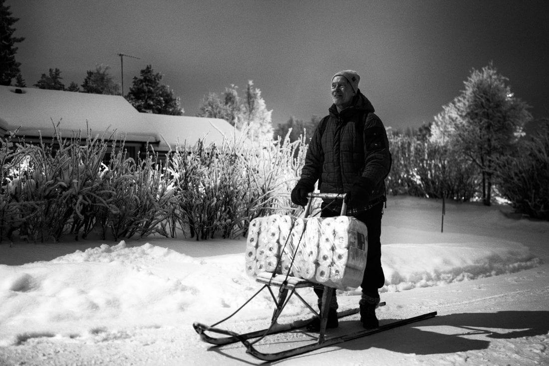 """Lappland ist ein Kulturraum jenseits nationaler Grenzen. Deshalb ist es nicht ungewöhnlich, dass Kenneth, der eigentlich aus finnisch Lappland stammt, seit vielen Jahren in Schweden lebt. Als ich ihn auf seinen beeindruckenden Großeinkauf im örtlichen Supermarkt ansprach, antwortete er nur: """"Ich habe eine Frau zu Hause…"""""""