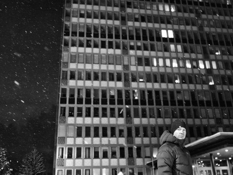 Nils arbeitet als Manager in der Mine von Kiruna, dem wichtigsten Arbeitgeber in schwedisch Lappland. Jeden Morgen um halb zwei bebt die ganze Stadt, weil tausend Meter tief in der Erde 80.000 Tonnen Eisenerz aus dem Gestein gesprengt werden. Viele Häuser haben Risse, bald wird die ganze Stadt umgesiedelt.