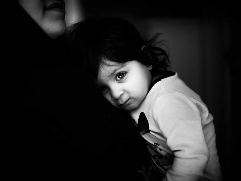 Dua, die vor vielen Jahren aus dem Irak nach Schweden kam, mit ihrer kleinen Tochter… Viele Migrantinnen arbeiten in der Altenpflege. Sie waren es, die den Sterbenden oft in den letzten Stunden ihres Lebens beistanden, weil Angehörige nicht mehr zu ihnen durften. Aus der Tragödie wurde ein nationales Trauma.